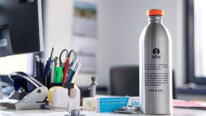 Edelstahlflasche WfW in Büro GROB AG