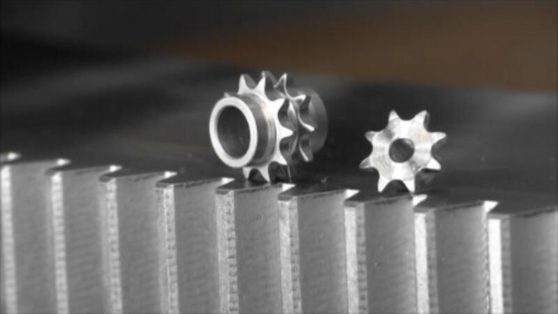 zwei kleine Zahnräder platziert auf einem grossen