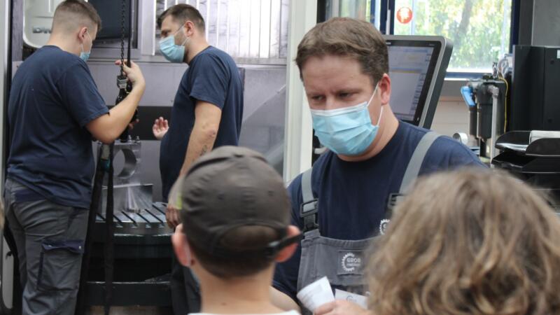 Mitarbeiter GROB AG beim Einrichten der Maschine mit Hebezug