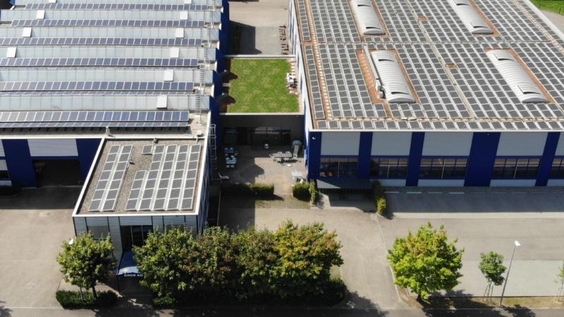 Obenansicht GROB AG mit Solarpanels